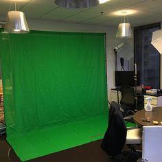 Green screen in kantoor ophangen voor videoproducties