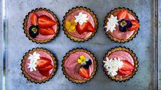 Jahodový koláč, okterý se nemusíte snikým dělit? Upečte ho tentokrát jako roztomilé tartaletky, amáte svůj kousek jistý! Lahodné mandlové těsto voní po másle aperfektně si rozumí sosvěžujícím limetkovo-jahodovým krémem. Muffin, Breakfast, Desserts, Food, Morning Coffee, Tailgate Desserts, Deserts, Essen, Muffins