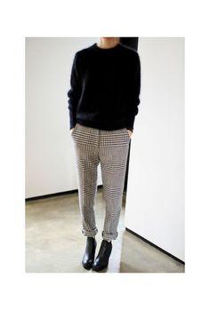 Une grosse maille avec un pantalon à carreaux