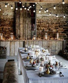 Här hade jag velat bjuda mina vänner på middag. Älskar hur de dekorerat med naturmaterial och även glödlamporna!