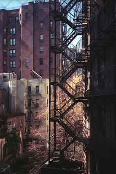 I like the industrial look of a fire escape . Escalera de emergencias