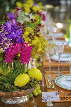 Flores e frutas em arranjos para o nosso evento! Nossa mesa de almoço montada no jardim da casa conceito de Tania Bulhões para celebrar o lançamento do Vamos Receber! Entre flores de cores vibrantes e muito carinho, mostramos detalhes de decoração para inspirar em fotos de Andreza Pinheiro.