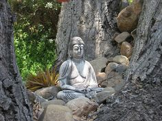 This makes me want to put statues in random places to cause people to stop really take in their surroundings, take a deep breathe be present - Iliim Meditation Corner, Meditation Garden, Meditation Space, Buddha Garden, Buddha Zen, Buddha Buddhism, Ikebana, Bonsai, Art Asiatique