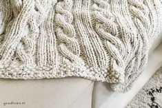 Knitting a beige cable blanket (DIY) - Goodlives Crochet Bookmark Pattern, Crochet Bookmarks, Easy Knitting, Knitting Stitches, Crochet Apple, Beige, No Sew Fleece Blanket, Seed Stitch, Patterns