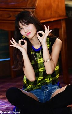 [V] 'Twice' Momo, Lovely B cut 'Twice' will come back to the previous level visual. 'Dispatch' covered the 'yes or yes' MV scene exclusively. Meet Momo's right eye with B cut (= A cut)! Nayeon, Kpop Girl Groups, Korean Girl Groups, Kpop Girls, The Band, Asian Woman, Asian Girl, Rapper, Sana Momo