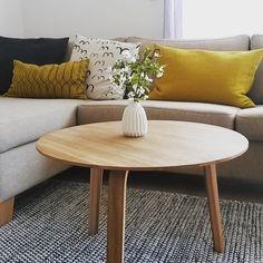 Der April auf SoLebIch: Dazwischentage zu Hause | SoLebIch.de #home #homedecor #couch #sofa #interior #decor #dekoideen #kissen #gelb #blumen #origamivase #vase