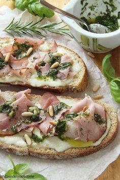 Bruschette di pane integrale con prosciutto cotto al basilico, crescenza e pesto leggero di basilico