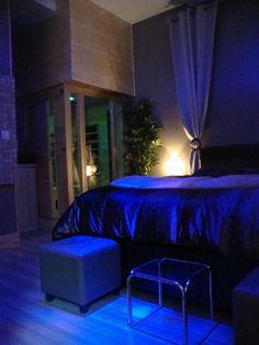 Suite nuptiale jacuzzi 2 places miroir au plafond for Hotel miroir plafond