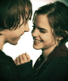 Rupert Grint and Emma Watson as Ron & Hermione from Harry Potter and the Deathly Hallows Part II Hermione Granger, Ron Et Hermione, Mundo Harry Potter, Harry Potter Love, Harry Potter World, Images Emma Watson, Must Be A Weasley, Beaux Couples, Ron Weasley