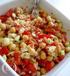 Insalata di ceci, cetrioli, cipolla e pomodori