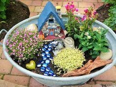 Mini-Garten in alter Zinkwanne