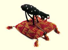 Museo Chileno de Arte Precolombino » Figura zoomorfa: camélido en cojín. Muñeca