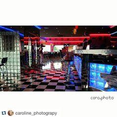 #picoftheweek décor so US immortalisé par @caroline_photograpy ・・・ #SquareInstaPic #restaurant #coffee #memphis #retro #pinup #sixties #photooftheday #photographes #photographylovers #photographer #photographyislifee #elvis #neon #memphiscoffee #friends #sorties #amis #vinyl #moment #amazing #american #dream #carreaux #lumiere #banquette #USA