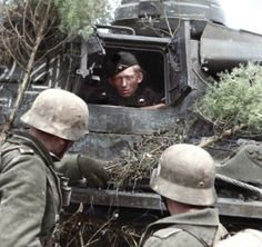 In the pictures you can see the tank crew Panzer III Ausf. J, who exchanged snatches of conversation with German soldiers , which is probably part 38 of the housing 16 of the army ( Wehrmacht) , which was located to the North of Novgorod(Spring,1942). You may also notice a few branches on the tank , which was used in order to disguise it under the terrain .