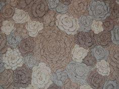 Multifarget teppe av sammensydde ullrosetter