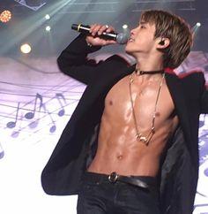 OH MY GOD . . . Jonghyun's killing me . . .