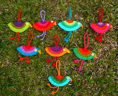 Pañuelos Familia® Chic Metallic. Un Toque Chic que le dará brillo a cualquier lugar. Crochet Birds, Crochet Yarn, Crochet Flowers, Bunting Garland, Buntings, E Craft, Christmas Crafts, Christmas Ornaments, Knitted Animals