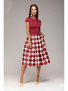 Женственное платье с геометрическим принтом на юбке и лифом с защипами на горловине. Силуэт песочные часы подчеркнет достоинства фигуры, добавив образу элегантности. Прекрасный вариант платья на все случаи жизни.