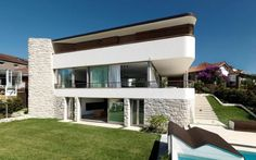 garde-corps extérieur en métal repeint et jardin moderne d'une maison design