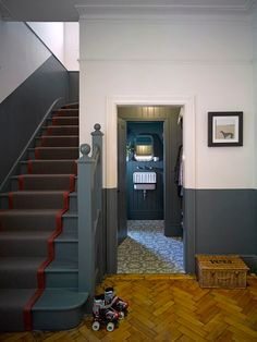 Painted Stair Risers, Half Painted Walls, Painted Staircases, Flur Design, Küchen Design, Bungalow Hallway Ideas, Victorian Hallway, Hallway Colours, Deco Studio