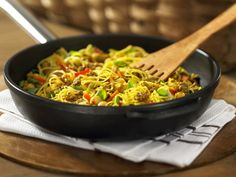 This recipe for Singapore Noodles with Beef & Chick Peas gets its inspiration from an Indonesian fried-rice dish, Nasi Goreng. Its bold flavours more than compensate for lower fat and sodium content – there's certainly no compromise in taste! Nasi Goreng, Chickpea Recipes, Vegetable Recipes, Singapore Noodles Recipe, Fried Rice Dishes, Pulses Recipes, Stuffed Sweet Peppers, Mets, Ground Beef Recipes