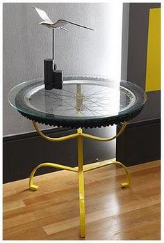 Love this awesome repurposed bicycle wheel table! Recycled Furniture, Diy Furniture, Furniture Design, Pimp Your Bike, Tyres Recycle, Old Tires, Deco Originale, Bicycle Art, Bicycle Wheel