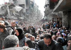 Jedno z najsłynniejszych zdjęć syryjskiej wojny - Palestyńczycy z obozu Jarmuk czekają na jedzenie rozdawane przez pracowników organizacji pomocowych. Damaszek, Syria, 31 stycznia 2014 r. Wrzucił je do internetu Christopher Gunness, rzecznik UNRWA. Media okrzyknęły je biblijnym obrazem cierpienia