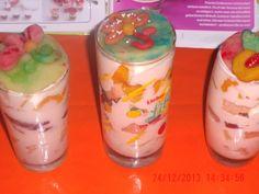 cremas de frutas,biscochos,adornada con mazipan.