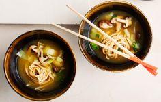Ramenkeitto Ramenkeitto on trendikäs japanilaisten katukeittiöiden nuudelikeitto. Ramenkeiton lisukkeeksi sopivat kiinalaisten teemunien lisäksi myös uppomunat, kypsennetty broileri, possu- tai lohifilee tai tofu. 1. Valmista ensin teemunat. Nosta kananmunat lusikalla varovasti kiehuvaan veteen ja keitä 5 minuuttia. Nosta reikäkauhalla lautaselle hetkeksi jäähtymään. Lisää veteen loput makuainekset. Pyöräytä jäähtyneitä munia pöytää vasten muutaman kerran, jotta kuori menee …