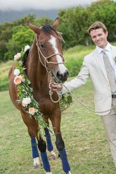 http://burnettsboards.com/2014/07/vintage-bohemian-polo-inspired-wedding-hawaii/:バラと緑豊かな花輪馬| |ヘミングウェイとJeannemarie撮影によりデザインの詳細を参照してください。