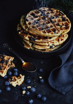 Put the blueberries in the recipe. Waffle Recipes, Raw Food Recipes, Blueberry Waffles, Fall Breakfast, Breakfast Ideas, Happy Foods, Fun Desserts, Love Food, Food Photography