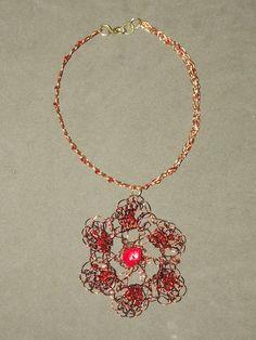 Colar em crochê de fio de Metal ,cobre esmaltado em dourado e  na cor natural do cobre( marrom),bordado com pedras naturais ( coral)