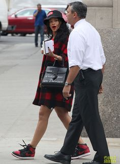 Rihanna in the Air Jordan 1 Black/Red Mode Rihanna, Rihanna Style, Summer Outfits For Teens, Winter Outfits, Fashion Styles, Fashion Outfits, Grunge Outfits, Cheap Streetwear, Celebrity Sneakers