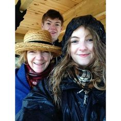 thomas brodie-sangster with his mom and sister!!!!!!!!!!!!! OH MY GOODNESS HE IS JUST OP! Tommy, you have stolen something that can't even let me live.