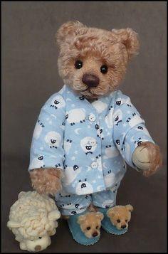 from Mill Creek Creations.My favorite Teddy Bear Artist of all times. Teddy Bear Hug, Tatty Teddy, Cute Teddy Bears, Teddy Hermann, Bear Gallery, Bear Character, Teddy Bear Pictures, Paddington Bear, Vintage Teddy Bears