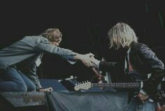 Kurt Cobain & Thurston Moore of 'Sonic Youth' in 1991 sharing a moment of recognition? at The Reading Festival Pre MTV & NEVERMIND cd release. Kurt Cobain Photos, Nirvana Kurt Cobain, Festivals In England, Donald Cobain, Reading Festival, Music Images, Alternative Music, Foo Fighters, American Singers
