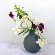 Las flores son un placer para los sentidos... . . . Me parece estar sintiendo el perfume de los sweet peas y la madreselva... . . . . . . . . . . . . . . . . . . . . . . . . . . . . #enelbosque #flores #flowerstyles_gf #flowerstagram #picoftheday #petals #blossom #love #farmerflorist #flor #florals #petal #flowermagic #flowerporn #amazing #instablooms #floral #bloom #insta_pick_blossom #flowersofinstagram #plants #floweroftheday #beautiful #flower #sopretty #nature #botanical #flowerslovers…