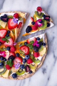 Healthier tropical fruit pizza recipe f o o d pizzas dulces, Healthy Fruits, Healthy Snacks, Healthy Dessert Recipes, Easy Desserts, Paleo Recipes, Healthy Cake, Fruit Recipes, Healthy Finger Foods, Parfait Recipes