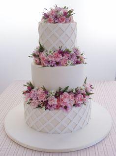 Torta nuziale originale a tre piani con fiori rosa! Guarda altre immagini di torte nuziali: http://www.matrimonio.it...