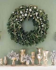 couronne naturelle verte décorée de petites boules de Noël de couleur argent