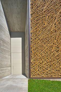 As varas de bambu, com diâmetros de 2,5 a quatro centímetros, foram tratadas em autoclave