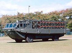 94式水際地雷敷設装置  [全長]11,800mm  [全幅]  2,800mm(陸上姿勢)  4,000mm(水上姿勢)  [全高]3,500mm  [全備重量]16,000kg(空車)  [乗員]3名  [最高速度]  50km/h(陸上車輪走行)  11km/h(6kt)(水中プロペラ推進)  [最大出力]239kW/2,800rpm  [開発]防衛庁技術研究本部  [製作]日立造船    平成2年度から開発し、平成6年度に制式器材として制定された。海岸の水際地雷原を構成するために使用する。