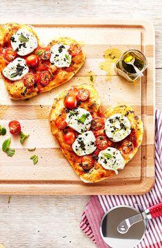 Faites-le sourire en lui servant cette pizza en forme de cœur pour le souper de la Saint-Valentin. Buon appetito!