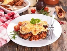 Low Carb eggplant Moussaka is a great dish for the whole family. Instructions how to make an eggplant Moussaka Vegetarian Italian Recipes, Greek Recipes, Low Carb Recipes, Eggplant Dishes, Baked Eggplant, Enchiladas, Eggplant Moussaka, Tacos, Snacks Saludables