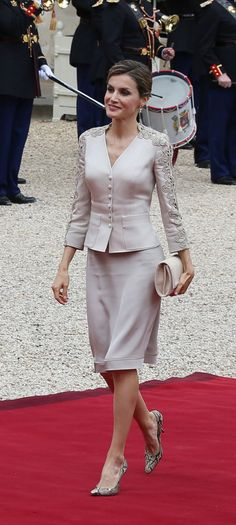 King Felipe VI of Spain and Queen Letizia of Spain, French President Francois Hollande, attend a meeting at the Elysee Palace on June 2015 in Paris, France. Alaska Fashion, Fashion Over 40, Princess Letizia, Queen Letizia, Royal Fashion, Suit Fashion, Gala Dresses, Short Dresses, Classy Outfits
