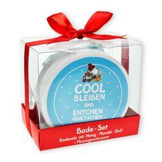 Badesalz »Cool bleiben«  Endlich eine coole Version des britischen Klassikers! Das Badesalz duftet wunderbar nach Honig-Mandel und wird zusammen mit dem praktischen Schwamm zu einem ganz besonderen Geschenk. http://sheepworld.de/shop/Winter-14-15/Badesalz-Cool-bleiben.html