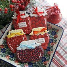 Можно делать пряники с ягодной начинкой, а потом расписывать их под баночки соответствующего варенья