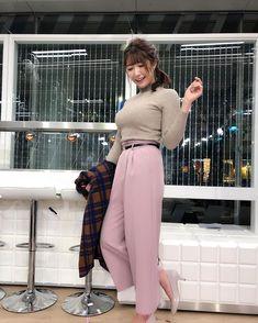 穂川果音(ほかわかのん)さんはInstagramを利用しています:「明日の関東は晴れて日中はニット1枚で過ごせそう♪ただ朝晩の冷え込みは強くなりそう。ニット+ライダースでコーディネートしたよ!空気が乾燥してくるので風邪対策もね🤧 ヘアスタイルはサイドネジネジ。 #アベプラ #abematv #weather…」 Pretty Woman, Pretty Girls, Le Jolie, Japanese Beauty, Female Bodies, Asian Woman, Glamour, Lady, Womens Fashion