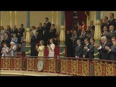 Los Reyes Felipe VI y Letizia saludan desde el balcón del Palacio Real - YouTube