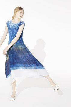 See the complete Issey Miyake Resort 2015 collection.